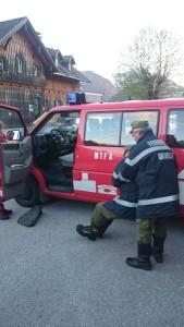 Retten einer verunfallten Person aus dem Auto